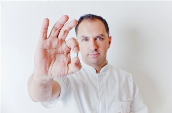Implanty contra mini implanty