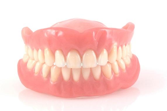 Co jeść, kiedy nosisz protezę zębową