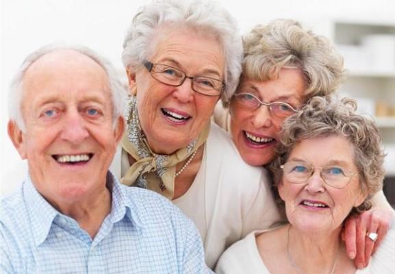 Szeroki uśmiech seniora