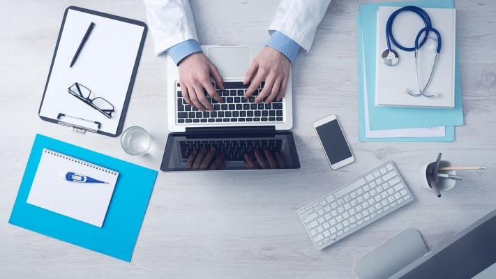 Laptop w gabinecie stomatologicznym – jak zaksięgować jego zakup