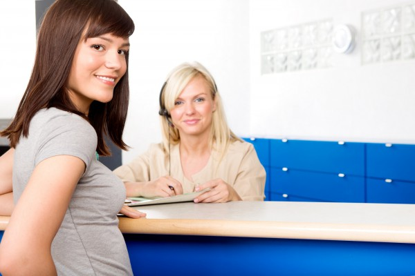 Asystentka stomatologiczna rozmawia z pacjentem
