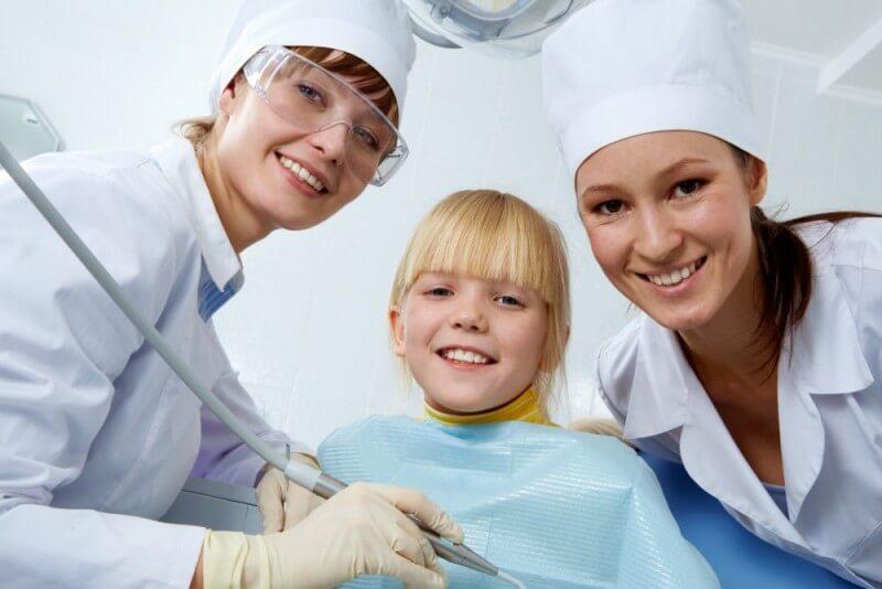 Na czym polega zabieg lapisowania zębów mlecznych i kiedy się go przeprowadza?