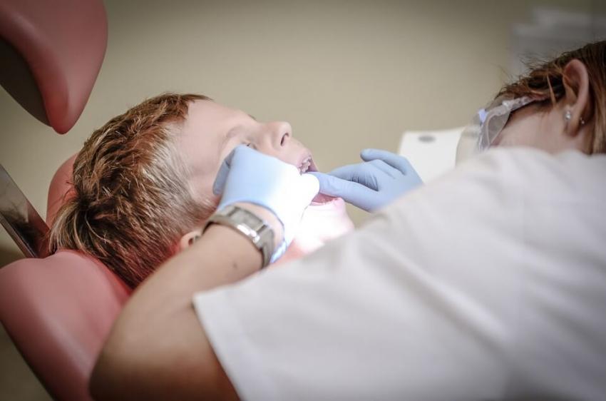 Dzieci chore na pęcherzowe oddzielanie naskórka bez opieki stomatologicznej
