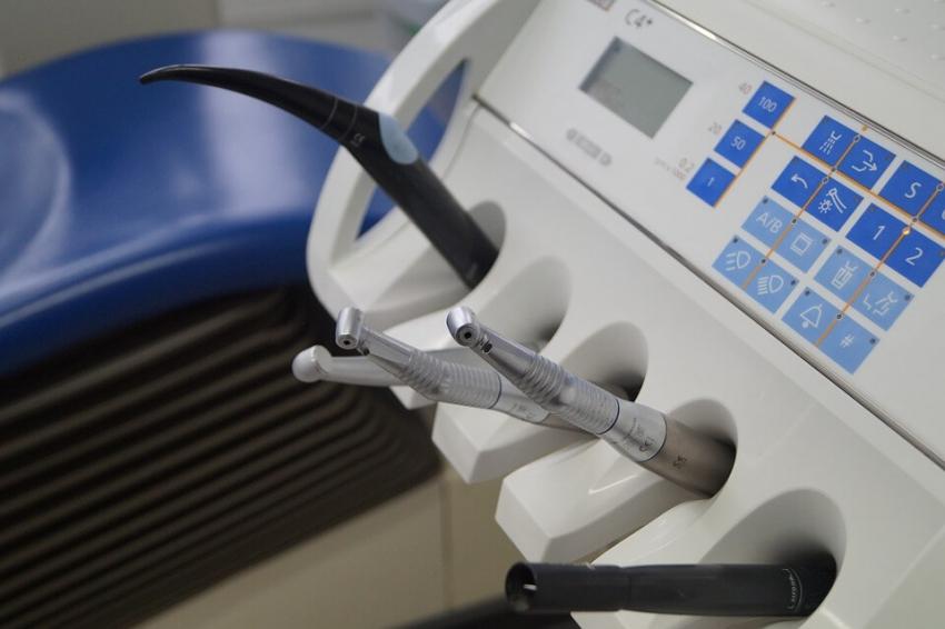 Studenci stomatologii z Białegostoku ćwiczą na symulatorach