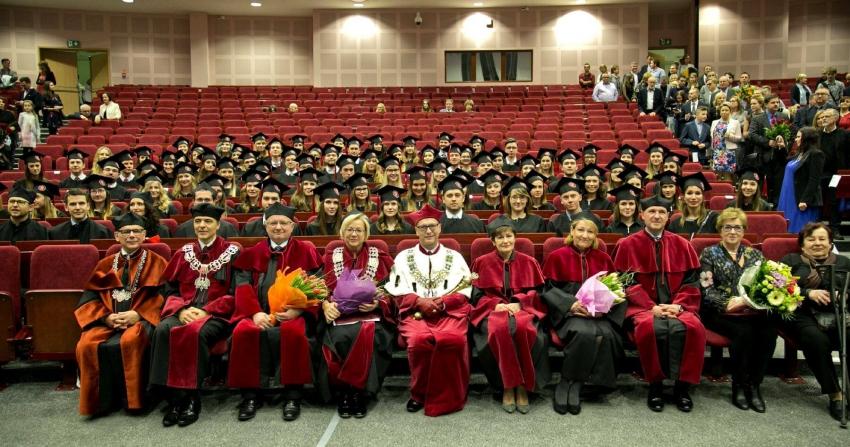 Absolwenci wydziału lekarsko-dentystycznego WUM z dyplomami