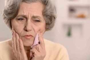 babcia trzyma sie za szczeke