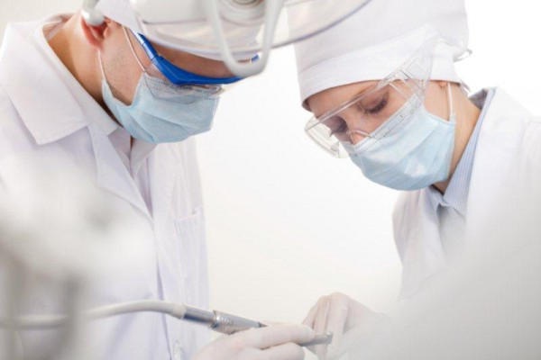 BDA: Dentyści, nie przyjmujcie pacjentów, by ograniczyć COVID-19