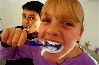 dzieci myja zeby
