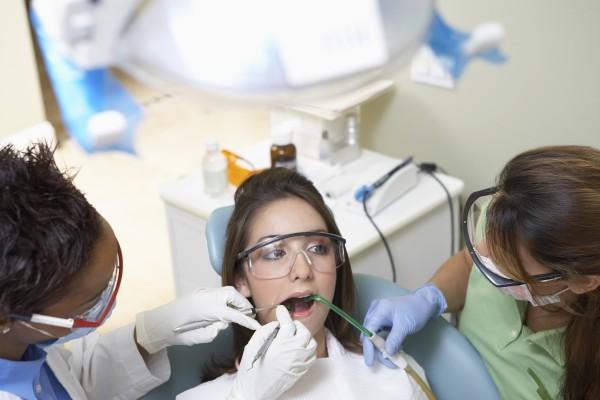 Ile powinna zarabiać asysta stomatologiczna?