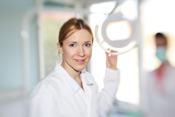 Dentysta wyręcza higienistkę stomatologiczną – nowy trend w gabinetach