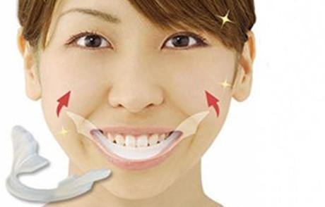 Trener uśmiechów i podświetlane zęby