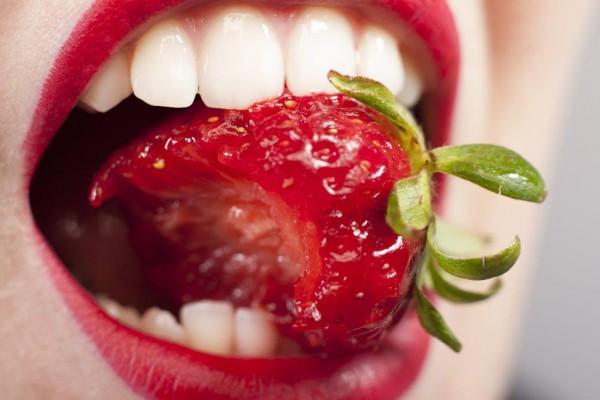 Dlaczego podczas jedzenia nie gryziemy się w język?