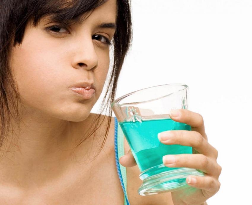 Fakty i mity o popularnych płynach do płukania jamy ustnej