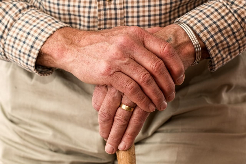 Pacjent w podeszłym wieku w gabinecie stomatologicznym