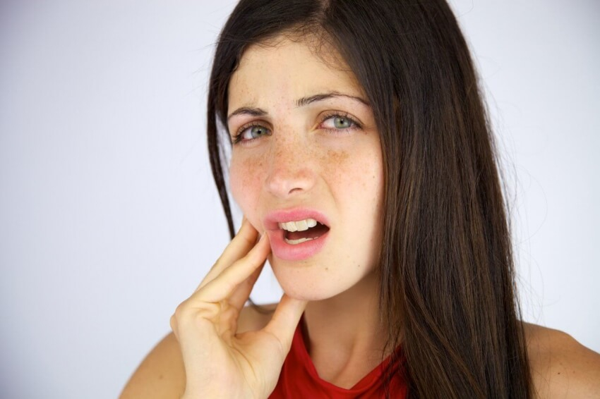 Cierpisz na bóle dziąseł? Sprawdź, jakie mogą być ich przyczyny!