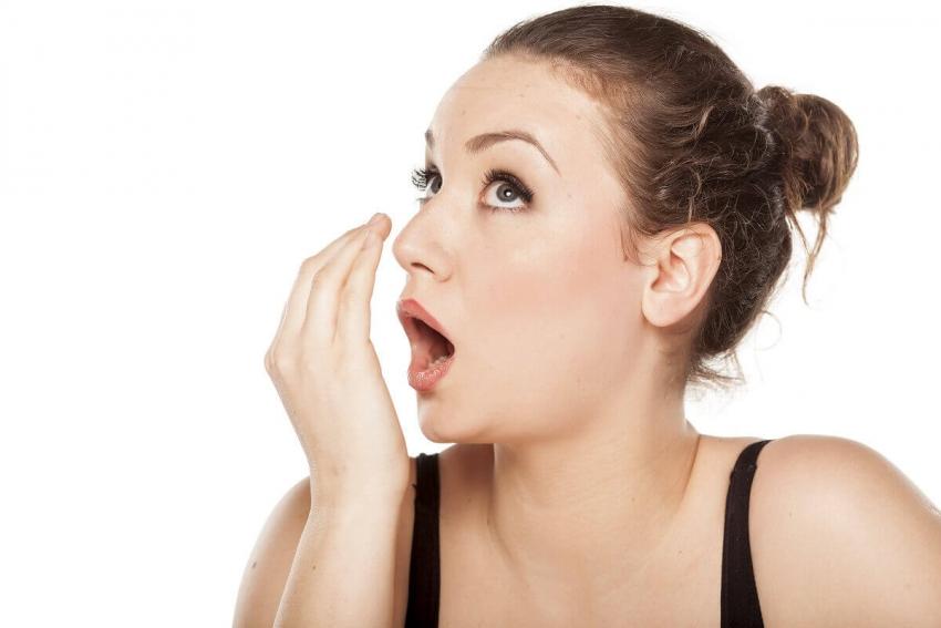 Nieświeży oddech – 5 skutecznych sposobów na pozbycie się problemu