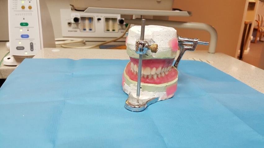 Stworzono protezę zębową, która leczy grzybicę jamy ustnej