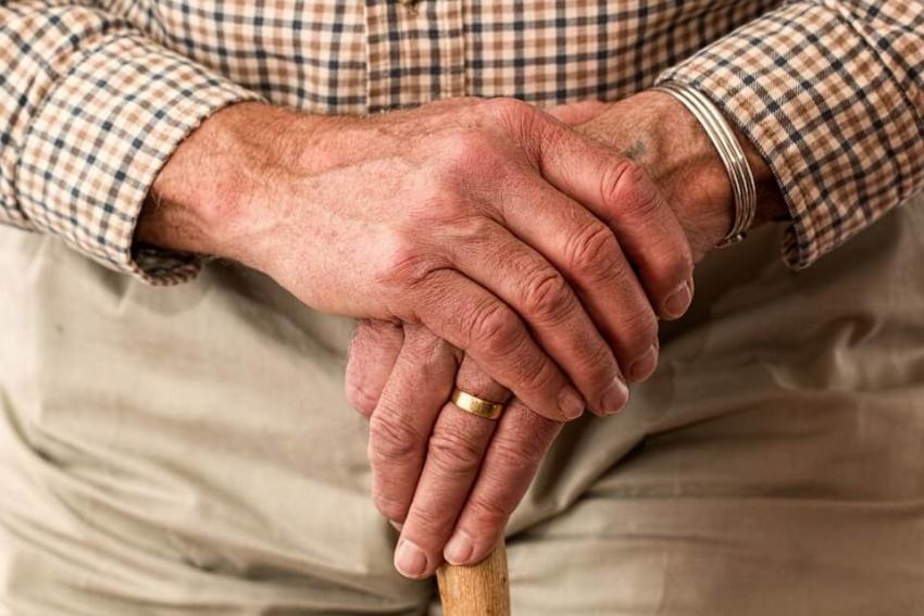 Seniorzy w domach opieki pod specjalną kontrolą stomatologiczną