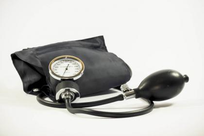 O menopauzie, braku zębów i nadciśnieniu