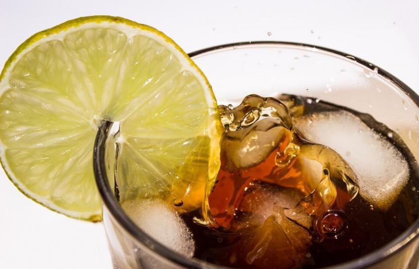 Spożycie słodkich napojów zmniejsza się, ale wciąż jest za wysokie