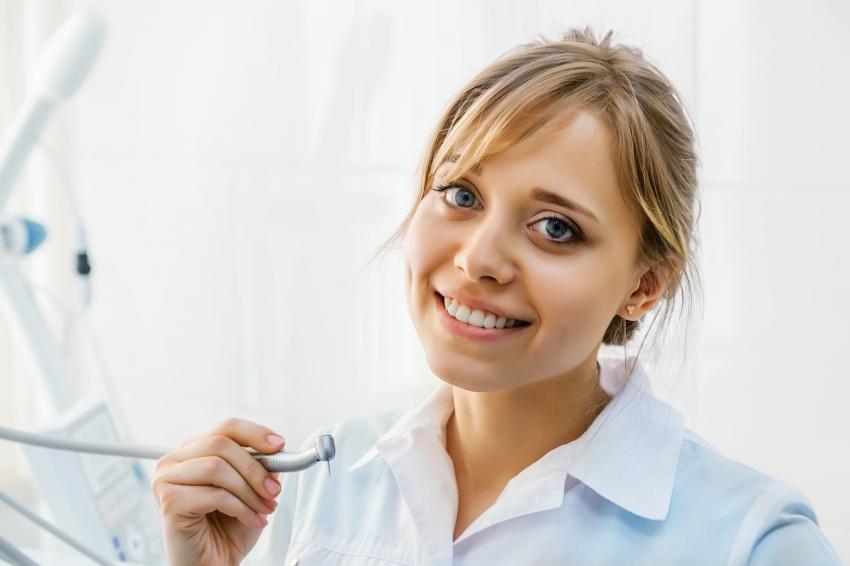 Umiarkowane zapotrzebowanie na asystentki i higienistki na rynku pracy