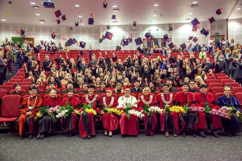 WUM: absolwenci stomatologii z dyplomami ukończenia studiów
