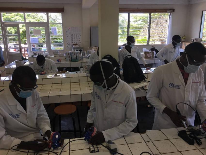 Rwanda: pierwsi absolwenci stomatologii mogą już leczyć