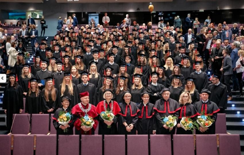 UMED w Łodzi: absolwenci stomatologii odebrali dyplomy