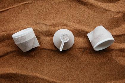 Co zamiast plastiku? Jednorazowe kubki z... pustynnego piasku