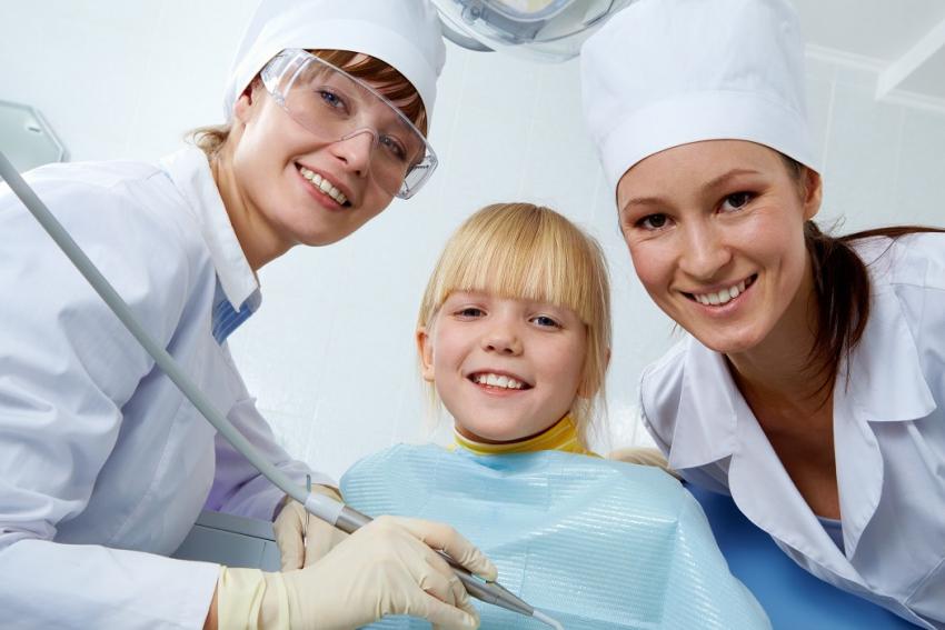 Leczymy mleczaki: lista zaleceń PTS dot. zębów mlecznych