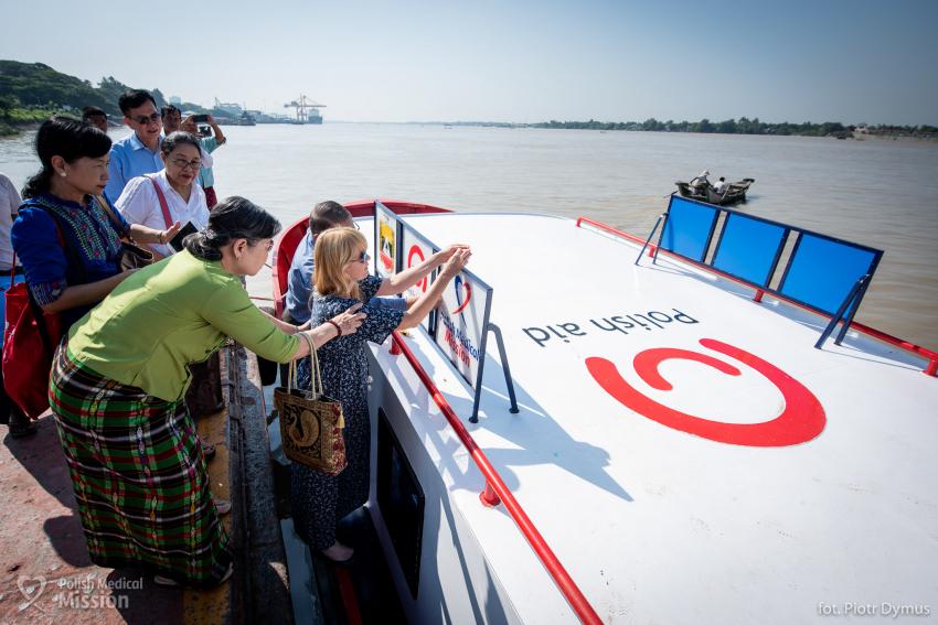 Polska Misja Medyczna: mobilny fotel dentystyczny… na łodzi