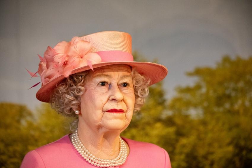 Królowa Elżbieta nosiła w dzieciństwie aparat ortodontyczny