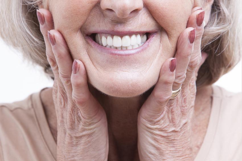 Dlaczego warto polecać kremy mocujące nawet przy dopasowanej protezie?