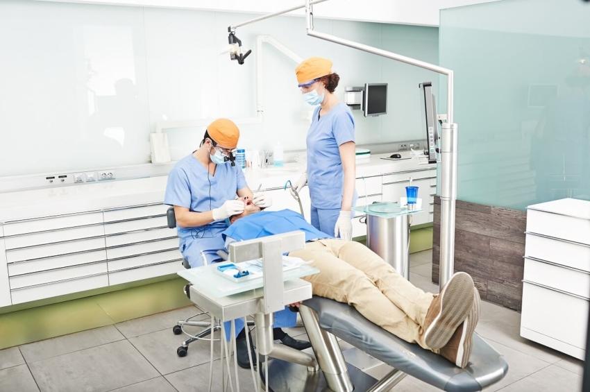 Zakażenie wirusem SARS-CoV-2 chorobą zawodową dentystów?