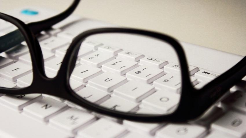 Okulary chronią przed COVID-19? Mogą pomóc, ale pamiętaj o higienie!