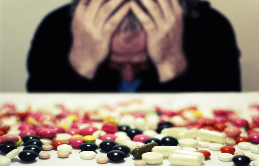 Bóle głowy objawem COVID-19? Badania hiszpańskich lekarzy