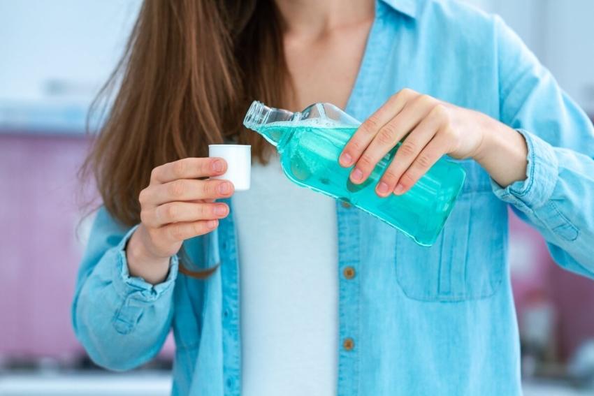 Jak płyny do płukania jamy ustnej zwalczają koronawirusa