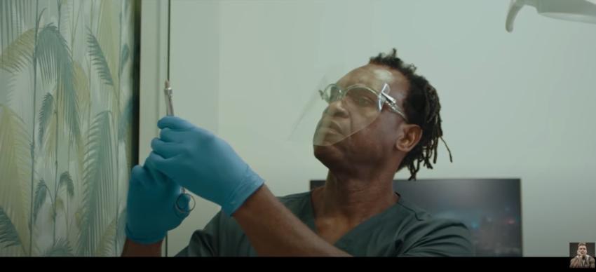 """Dr Alban w nowej wersji teledysku """"It's my life"""" leczy zęby Popka"""