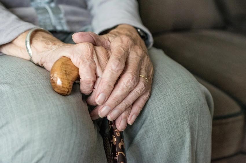 Powrót godzin dla seniorów, zaostrzone zasady w placówkach opieki