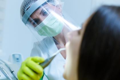 Nadwrażliwość po piaskowaniu – czy pacjent może oskarżyć higienistkę?