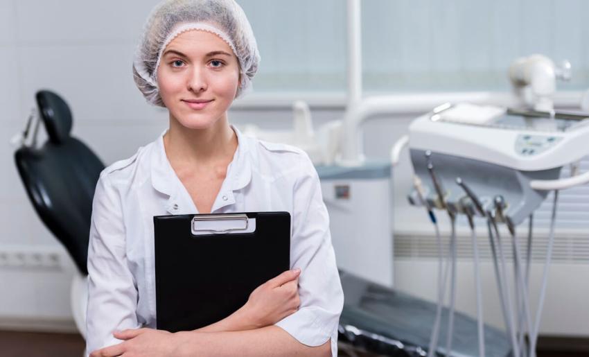 UK: pielęgniarki dentystyczne pominięte przy szczepieniach