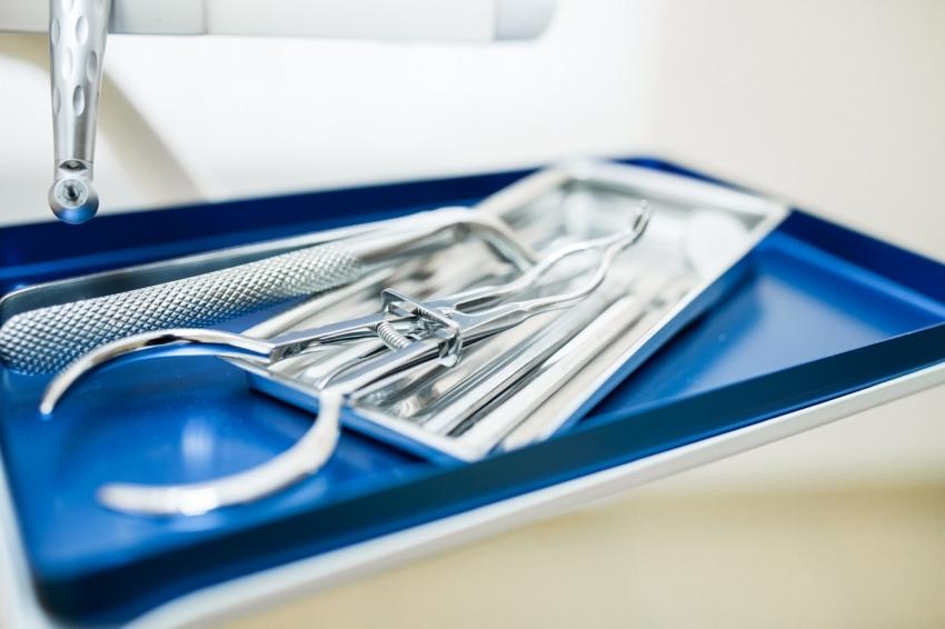 Wielka Brytania: ekstrakcja zęba przy użyciu… pęsety