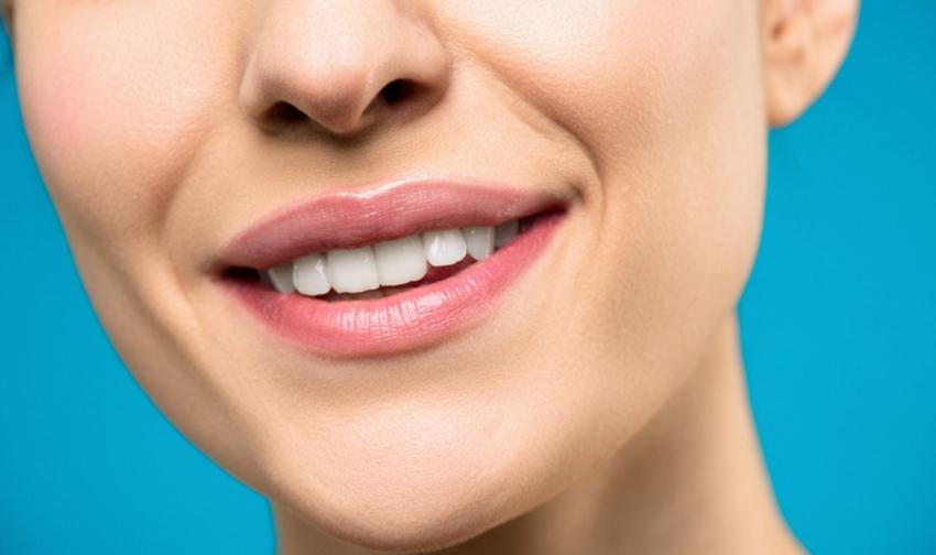 Irygator – czy warto go stosować? Czy może zastąpić nić dentystyczną?
